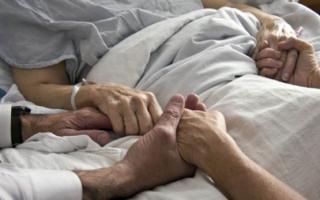 Что сказать когда умирает человек, как утешить родственника?