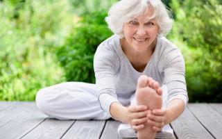 Йога для пожилых людей — комплексы упражнений для мужчин и женщин